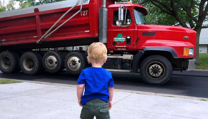 Niños en camiones y furgonetas